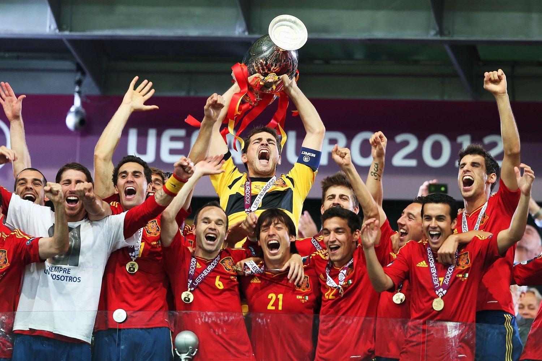 Hispaania meeskond juubeldamas peale eelmise EMi võitu, foto: EUFA.com