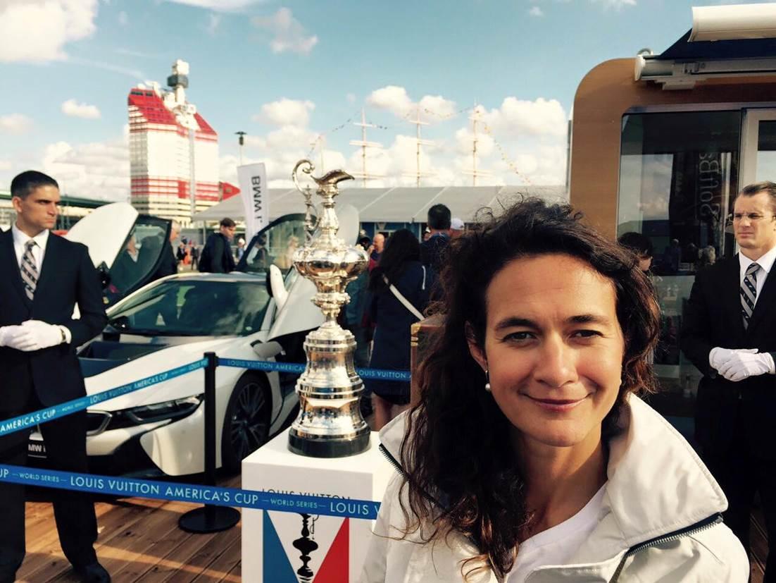 Annika koos purjetamismaailma ihaldatuima trofeega.