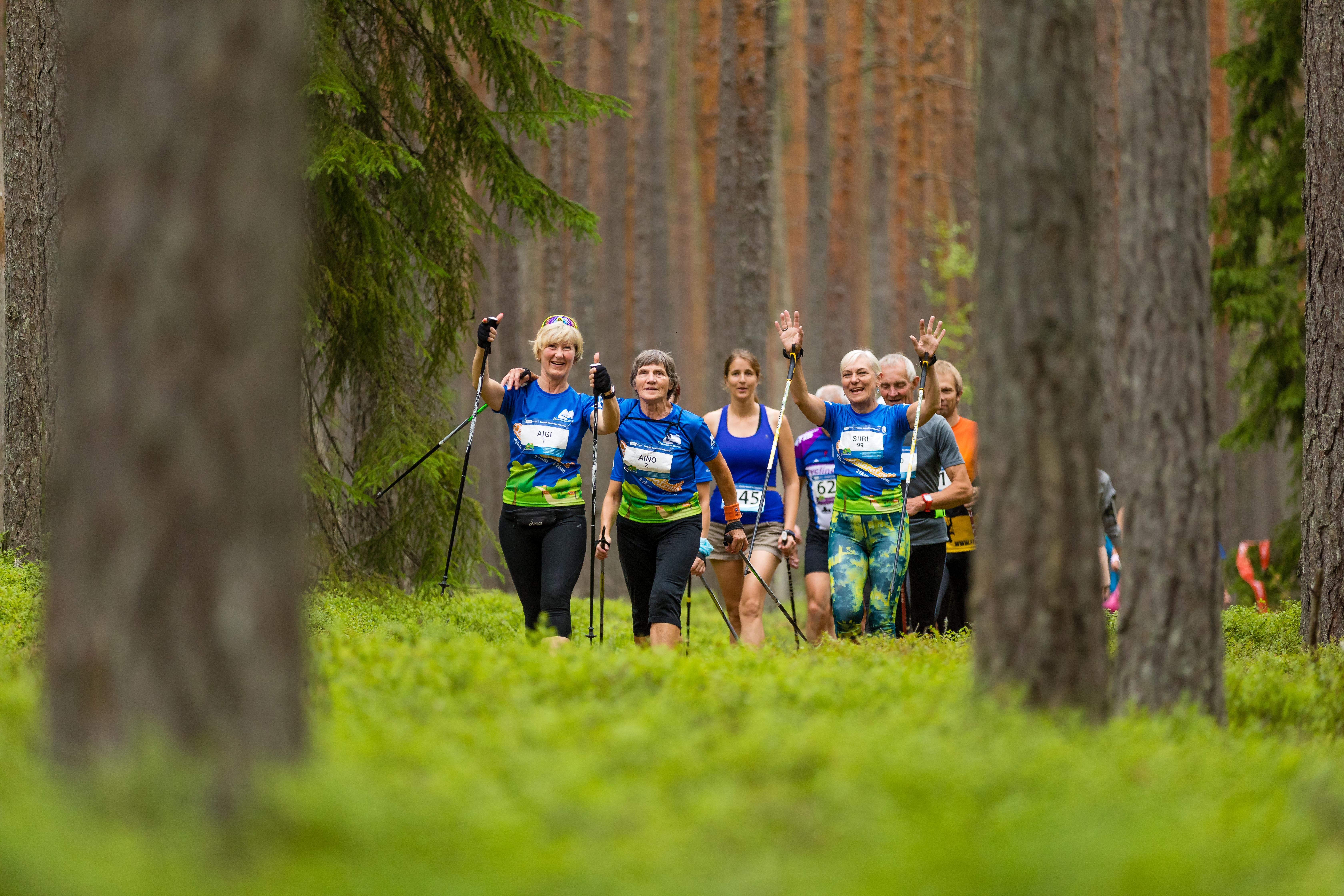 Tartu Tervisekäijate Klubi liikmed metsarajal.