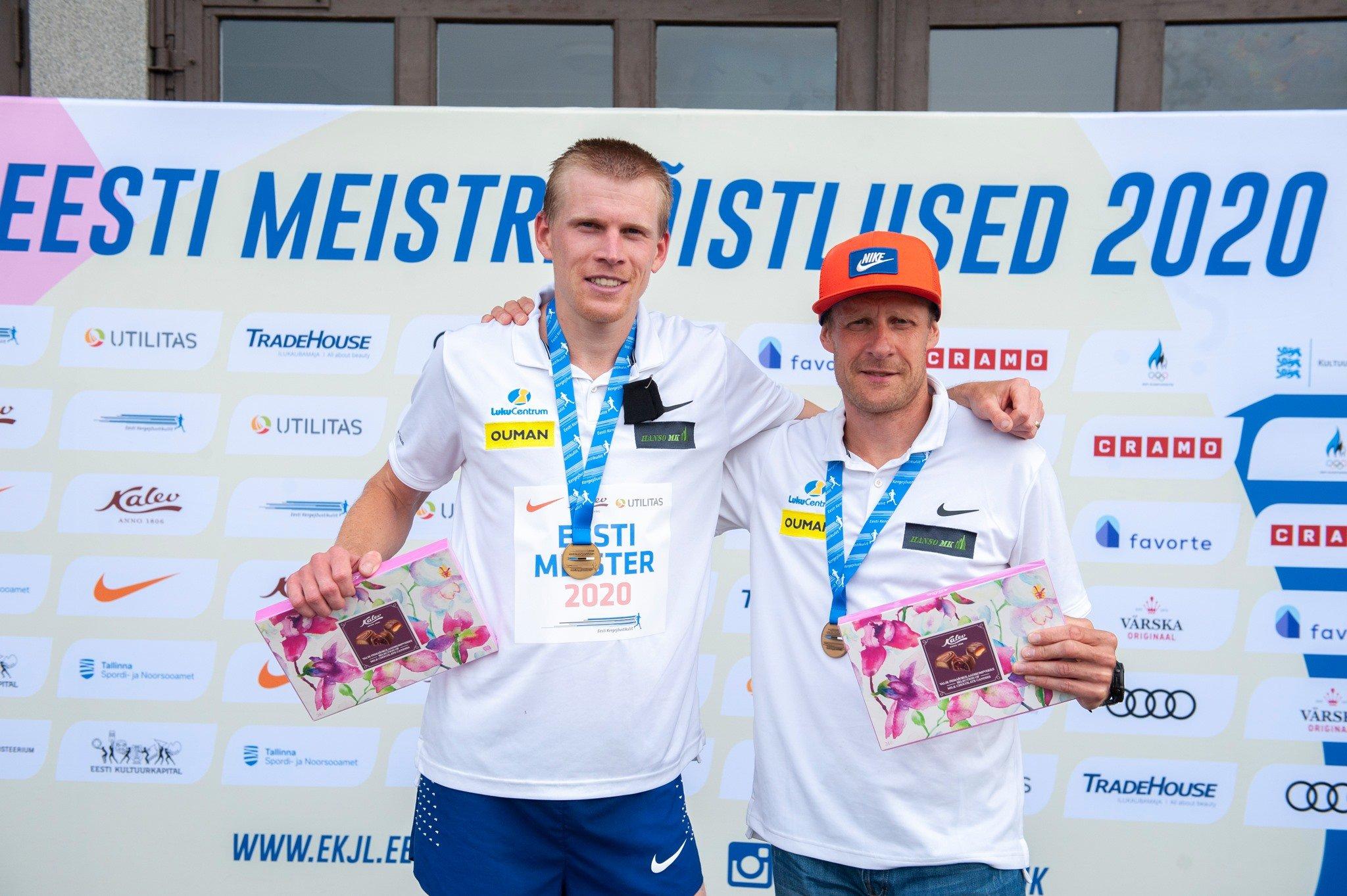 Eesti meister 10 000 m jooksus Kaur Kivistik ja tema abiline Margus Pirksaar